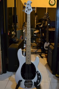 MUSICMAN STINGRAY WITH COVER PICKUP CUSTOM JASA CUSTOM GITAR DAN BASS CANA GITAR CUSTOM KAYU IMPORT KANADA (9)